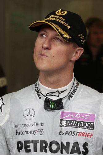 Michael Schumacher faz uma careta antes de ir para a pista no treino de classificação para o GP da Bélgica, no circuito de Spa-Francorchamps. Piloto alemão comemora 20 anos de sua estreia na Fórmula 1