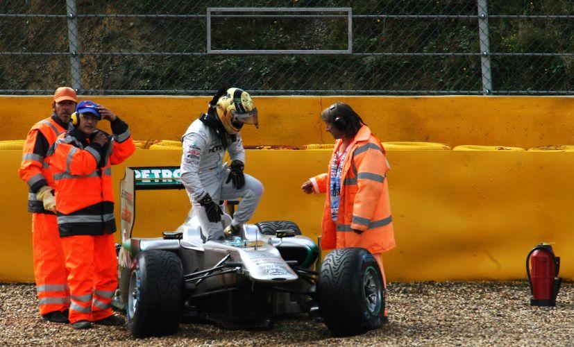 Michael Schumacher sai do carro após sofrer uma batida logo no começo do treino de classificação para o GP da Bélgica. Pneu traseiro direito de sua Mercedes se soltou