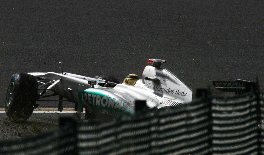 Michael Schumacher bateu após a roda traseira direita de sua Mercedes se soltar. Piloto alemão largará em último no GP da Bélgica