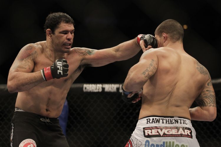 Minotauro derrubou Brendan Schaub para levar vitória no primeiro round em luta pelo card principal do UFC no Rio de Janeiro