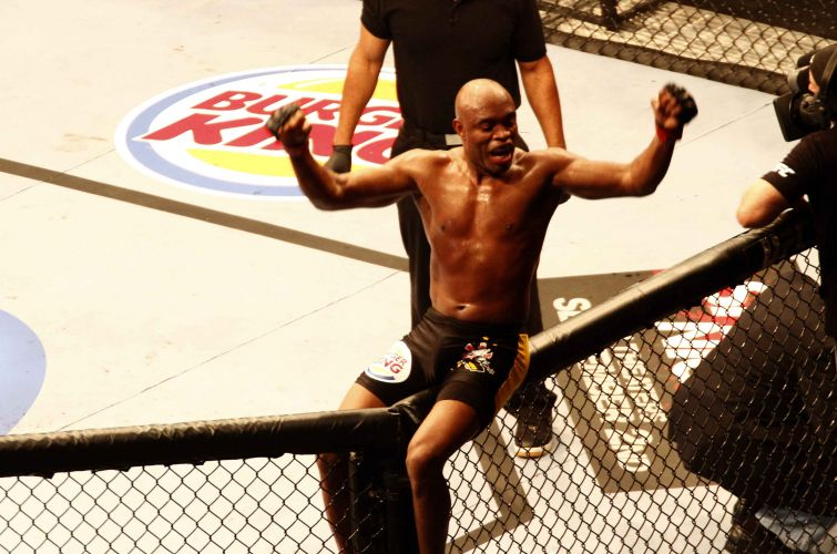Anderson Silva vibra após derrotar o japonês Yushin Okami no UFC Rio; lutador não deu chances para adversário em luta dentro de casa