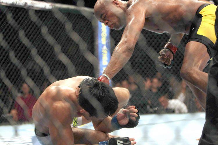 Anderson Silva parte para cima de adversário e acaba com a luta no segundo round; japonês Yushin Okami não deu trabalho para brasileiro