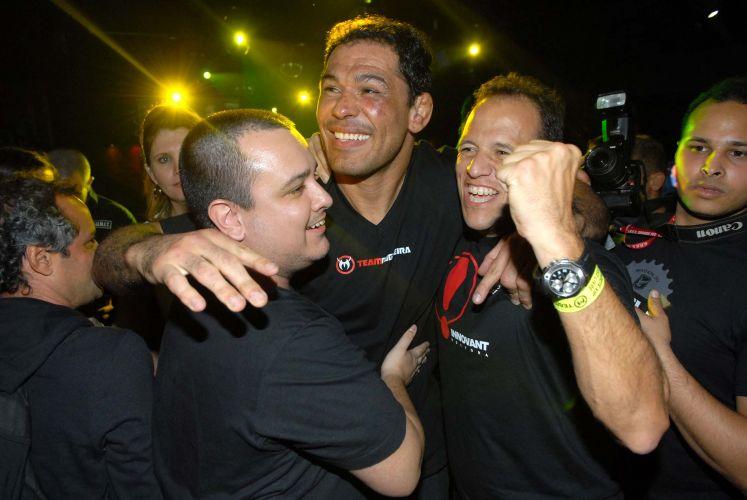 Rodrigo Minotauro curte a balada após derrotar Brendan Schaub
