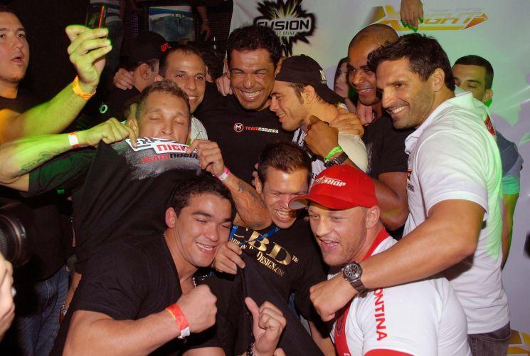 Minotauro foi bastante assediado durante balada em casa noturna no Rio de Janeiro. Lutador brasileiro comemorou vitória sobre o norte-americano Brendan Schaub