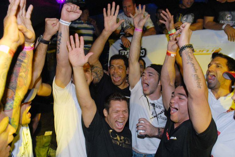 Minotauro entra no clima de festa em balada. Lutador brasileiro comemorou vitória sobre o norte-americano Brendan Schaub no primeiro assalto no UFC Rio