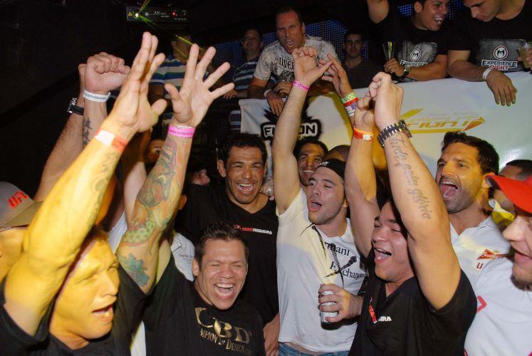 Fãs prestigiam Minotauro em casa noturna do Rio de Janeiro. Lutadro brasileiro foi bastante assediado após derrotar o norte-americano Brendan Schaub no primeiro assalto no UFC Rio