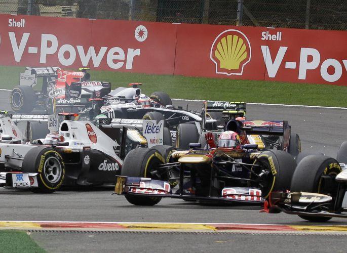 Logo no início do GP da Bélgica, Bruno Senna bateu em Jaime Alguersuari, da Toro Rosso, que reclamou do brasileiro. Piloto da Renault foi punido pelos comissários da prova