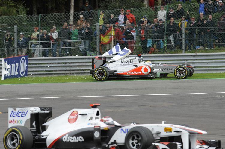 Enquanto a McLaren de Lewis Hamilton batia no guard rail, Kamui Kobayashi continuou na pista após acidente no GP da Bélgica. Piloto inglês disse não se lembrar direito do que aconteceu