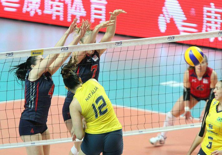 Ponteira Natália tenta passar pelo bloquei duplo dos Estados Unidos na derrota do Brasil por 3 a 0, a única na campanha de 14 jogos no Grand Prix; time verde-amarela perde e é vice-campeão