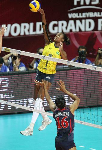 Central Fabiana tenta atacar na derrota do Brasil por 3 a 0 para os Estados Unidos na final do Grand Prix; equipe verde-amarela sai com uma derrota em 14 jogos e o vice-campeonato
