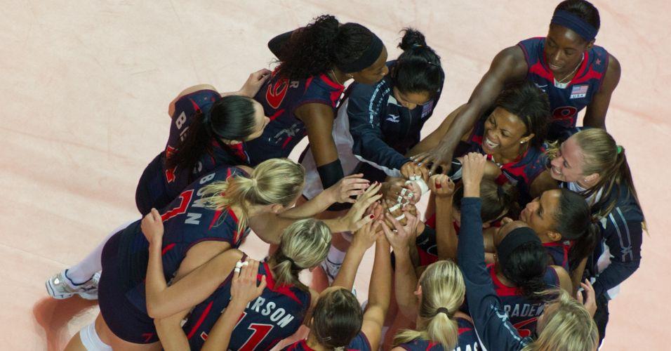 Jogadoras do Estados Unidos comemoram após vencer o Brasil na final do Grand Prix por 3 a 0 e conquistar o segundo título consecutivo do torneio