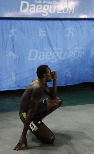 Usain Bolt fica decepcionado ao ser desclassificado da final dos 100 m rasos; recordista mundial queima a largada e perde chance de lutar pelo bi