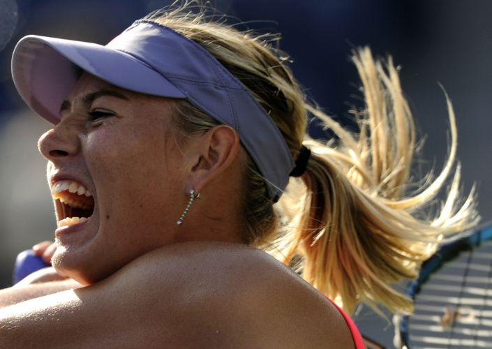 Maria Sharapova mostra esforço durante a partida contra a britânica Heather Watson; russa venceu por 2 ssets a 1