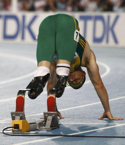 O sul-africano Oscar Pistorius se prepara para largada dos 400 m no Mundial de Daegu após causar polêmica por disputar uma competição com atletas não-amputados