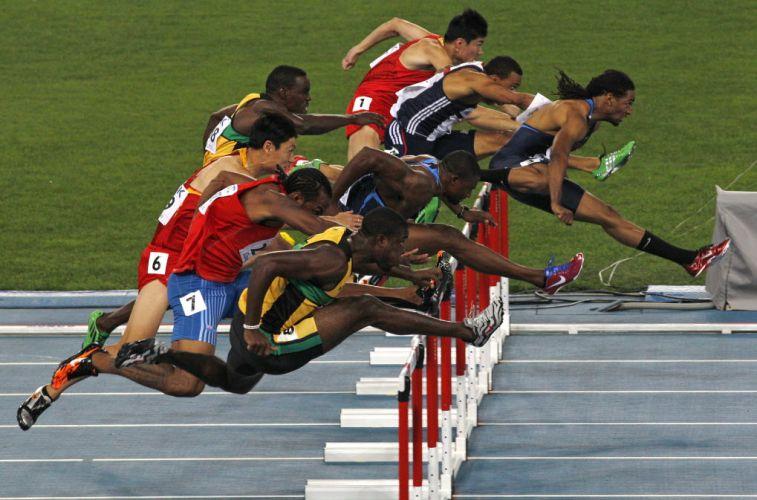 O norte-americano David Oliver lidera a prova dos 100 m com barreira