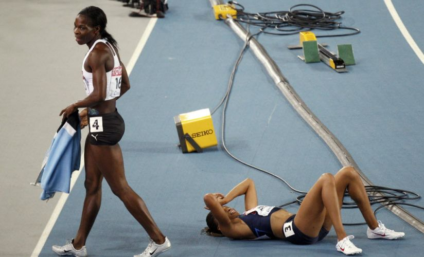 Enquanto Amantle Montsho comemora a vitória nos 400 m, a norte-americana Allyson Felix lamenta a segunda colocação no chão