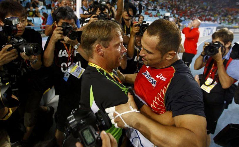 Koji Murofushi, do Japão, abraça seu treinador após conquistar a medalha de ouro no arremesso do martelo em Daegu