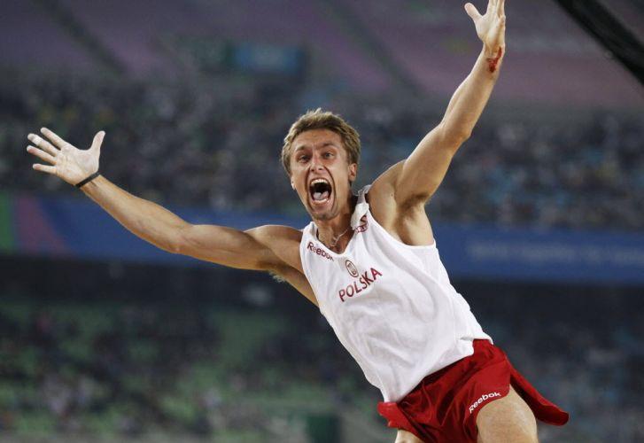 Lukasz Michalski, da Polônia, comemora após conquistar a medalha de ouro no salto com vara em Daegu