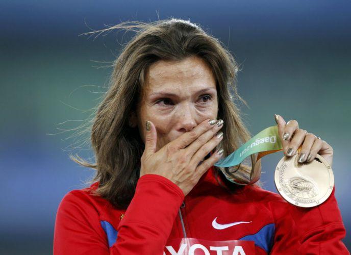 A russa Anastasiya Kapachinskaya chora ao receber a medalha de bronze no pódio dos 400 m em Daegu