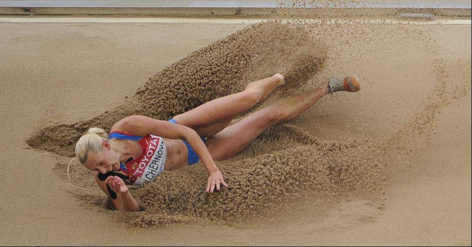 Russa Tatyana Chernova disputa o salto em distância durante o heptatlo pelo Campeonato Mundial