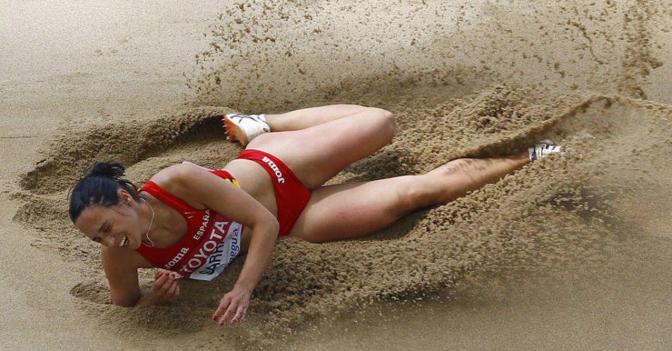 Espanhola Patricia Sarrapio cai na areia durante competição pelo salto triplo em Daegu
