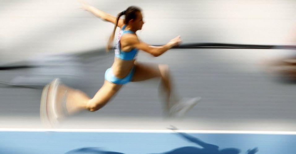 Atleta cazaque Irina Litvinenko Ektova corre para prova de salto triplo em Daegu