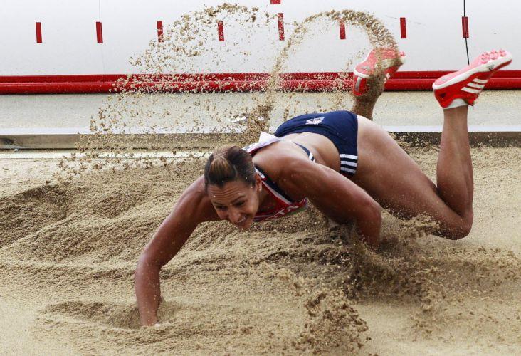 Britânica Jessica Ennis cai de frente na areia em seu salto em distância pelo heptatlo em Daegu