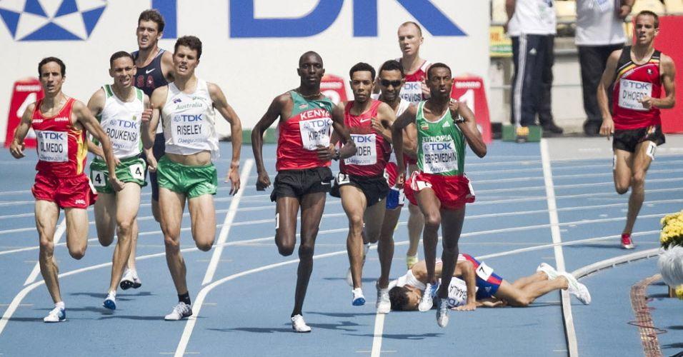 Francês Mehdi Baala cai na pista durante a disputa da eliminatória dos 1.500 m em Daegu