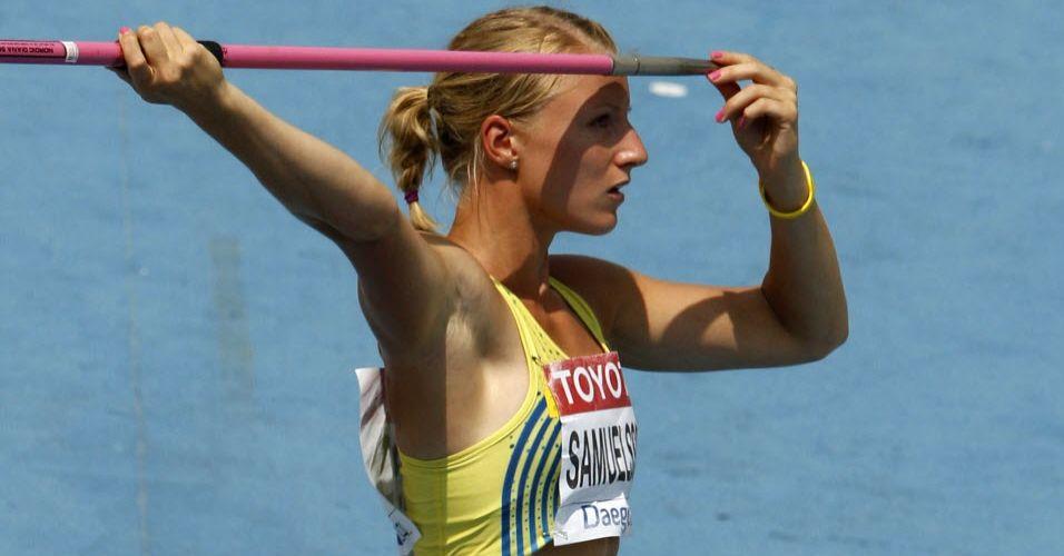 Sueca Jessica Samuelsson prepara dardo para lançamento durante a disputa do heptatlo