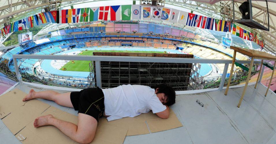 Sul-coreano dorme nas tribunas do estádio olímpico onde ocorre o Mundial de Atletismo