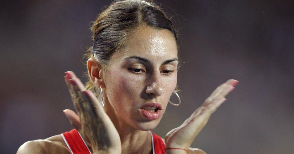 Búlgara Vania Stambolova bate com as mãos no rosto antes de largar para a semifinal dos 400 m com barreira