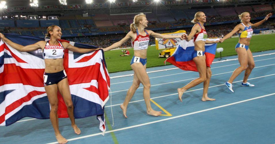 Medalhistas do heptatlo ensaiam uma volta olímpica no estádio de Daegu, na Coreia do Sul. A russa Tatyana Chernova, é a segunda da direita para a esquerda.
