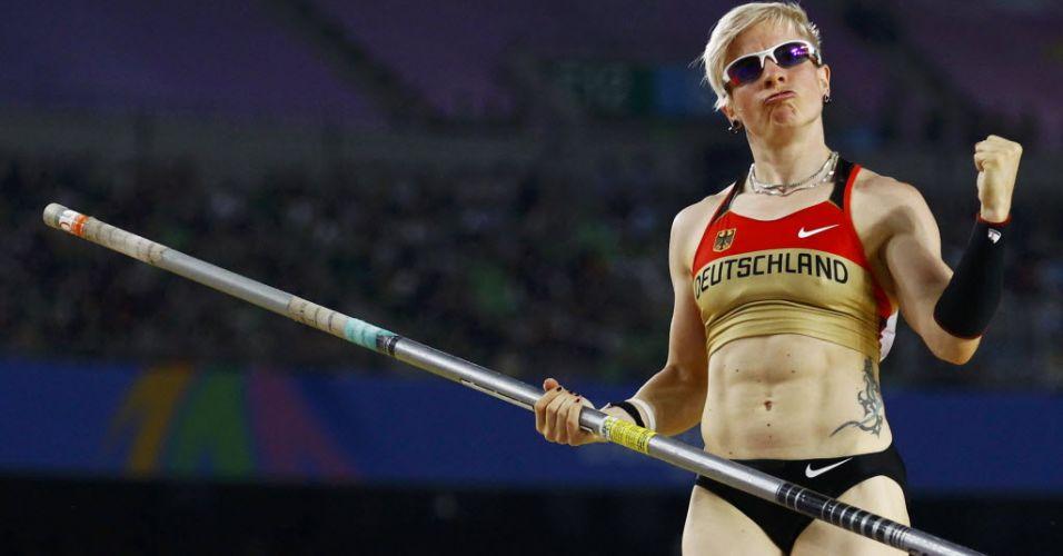A estilosa Martina Strutz pede apoio da torcida antes de sua tentativa. A alemã ficou com a medalha de prata na prova vencida pela brasileira Fabiana Murer.