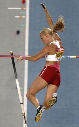 Em defesa do título mundial, a polonesa Anna Rogowska tenta acertar seu salto na final do Mundial de atletismo, sem sucesso.