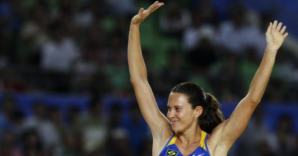 Fabiana Murer agradece o apoio da torcida após acertar um salto na final do Mundial de atletismo. Em uma noite inspirada, a brasileira conseguiu igualar seu recorde pessoal e foi campeã mundial outdoor.