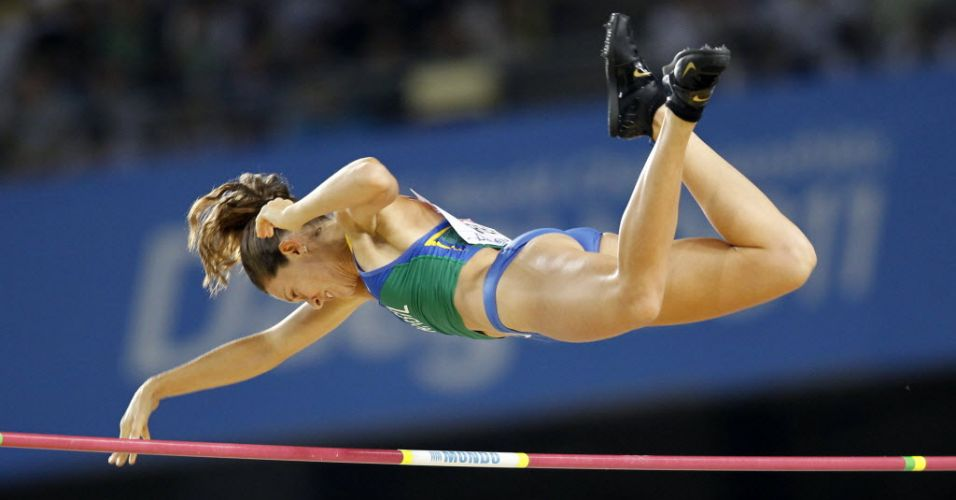 Fabiana Murer se estica para evitar o sarrafo durante a final do salto com vara no Mundial de atletismo. A brasileira conseguiu igualar seu recorde pessoal e foi campeã mundial.