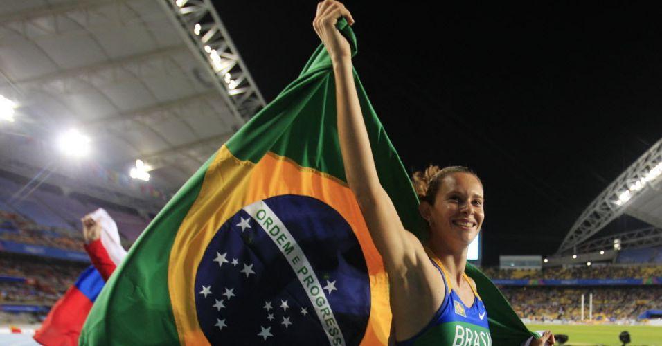 Fabiana Murer comemora com a bandeira brasileira após a conquista do ouro no salto com vara pelo Mundial de Daegu