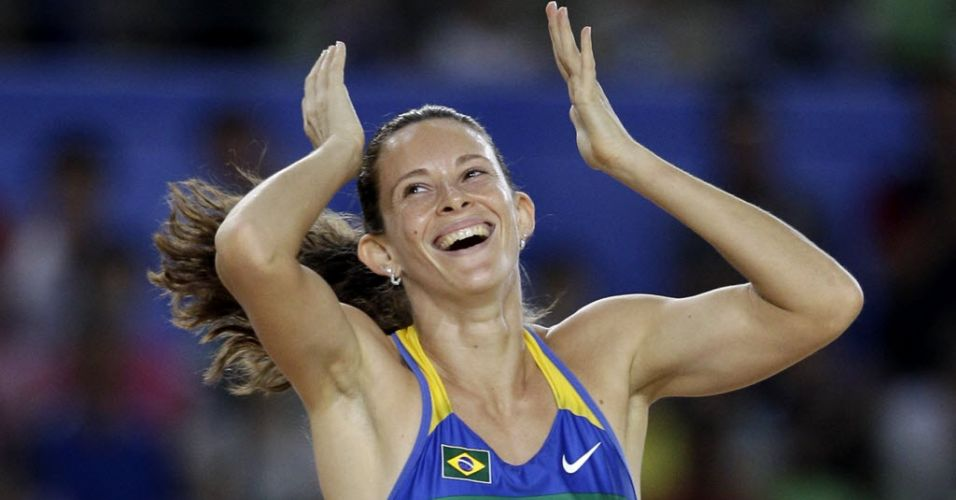 Fabiana Murer comemora após conquistar o Mundial no salto com vara em Daegu