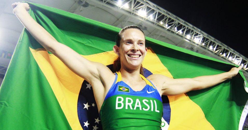 Fabiana Murer comemora na pista de atletismo com a bandeira do Brasil no Mundial de Daegu