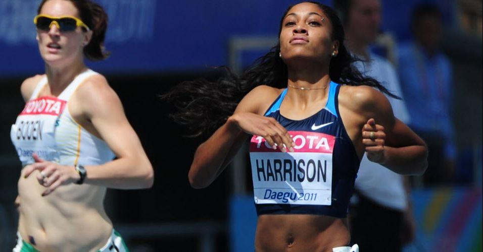 Norte-americana Queen Harrison faz pose na chegada da prova dos 400 m com barreiras