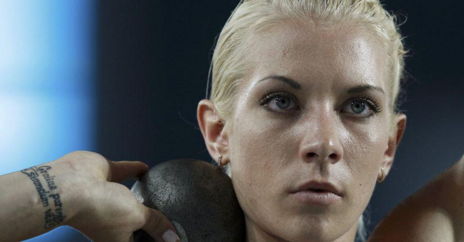 Ucraniana Natallia Dobrynska compete na prova de arremesso de peso do heptatlo no Mundial de Daegu