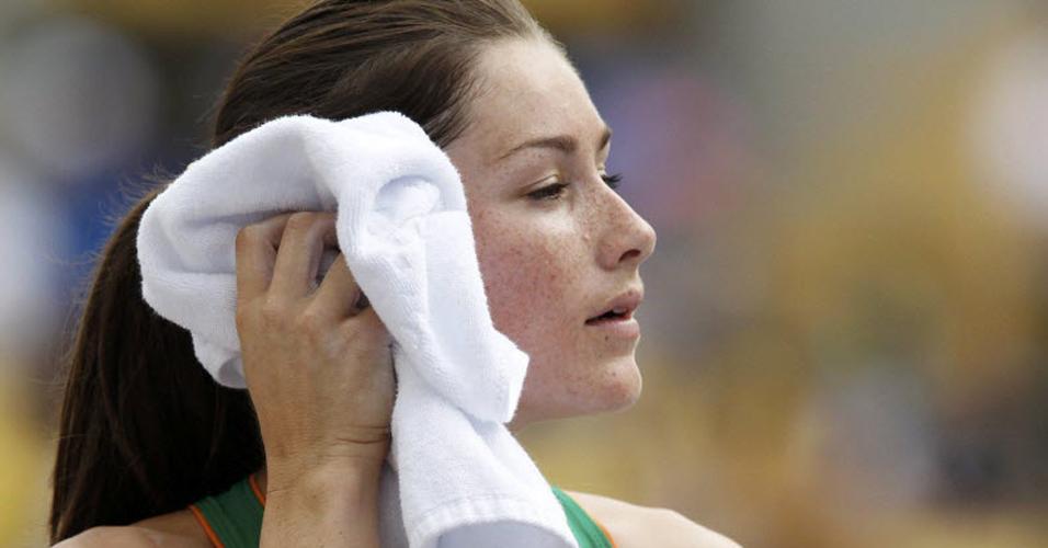 Irlandesa Tori Pena enxuga o rosto após competir no salto com vara