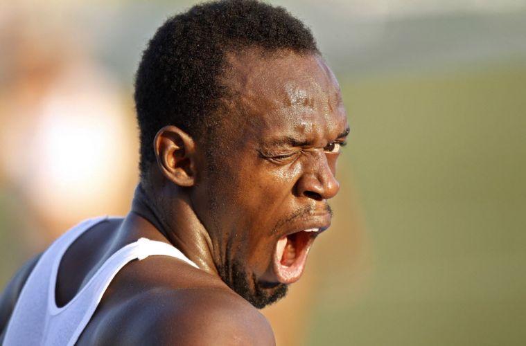 Com ar de cansado, Usain Bolt treina na Vila dos Atletas em Daegu, na Coreia do Sul. O jamaicano foi eliminado por queimar a largada nos 100m, mas vai disputar o ouro nos 200m.