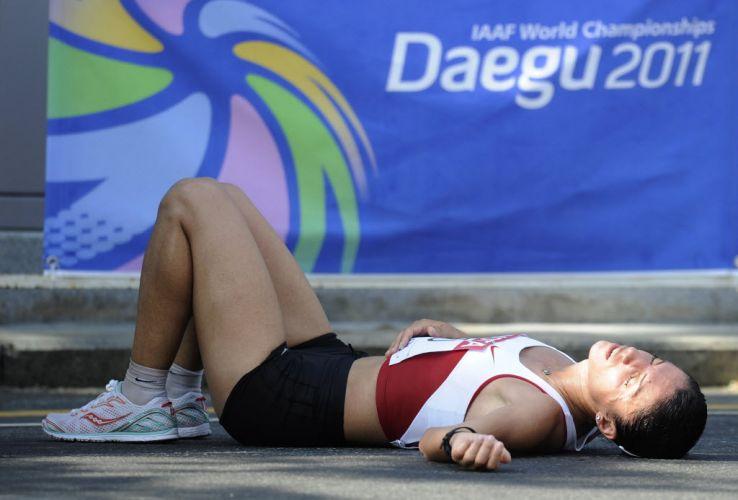 A turca Semiha Mutlu deita no chão, exausta após o fim da prova de 20km da marcha atlético do Mundial de atletismo em Daegu. O desempenho das atletas foi duramente afetado pelo calor na cidade sul-coreana.