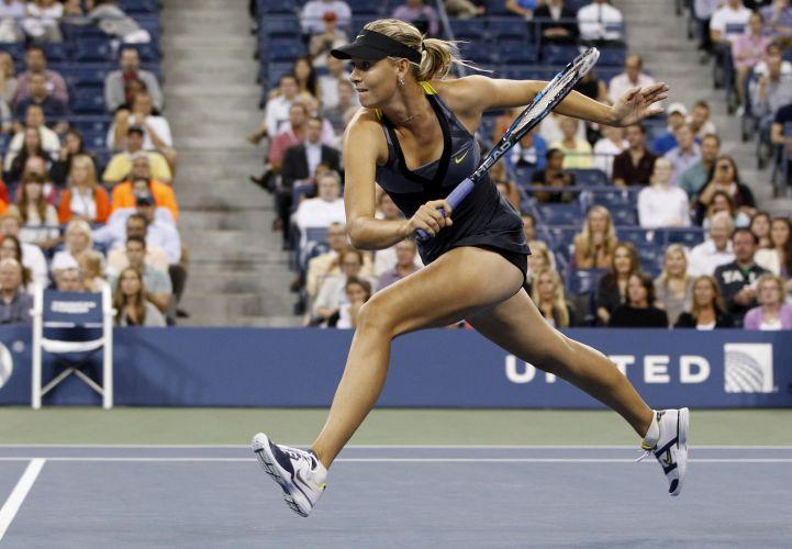 Maria Sharapova corre para atacar Anastasiya Yakimova; russa aproveitou fragilidade da adversária para vencer por duplo 6-1