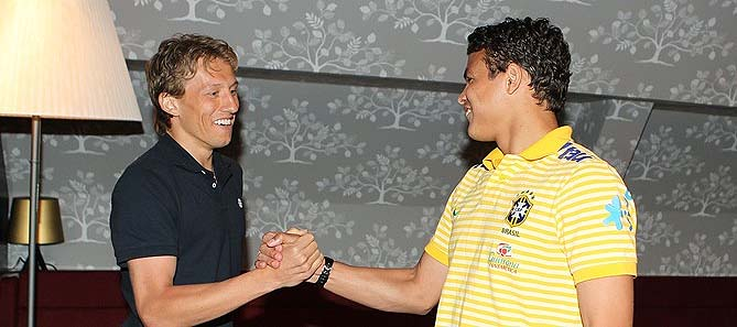 Volante Lucas Leiva cumprimenta o zagueiro Thiago Silva na apresentação da seleção brasileira em Londres