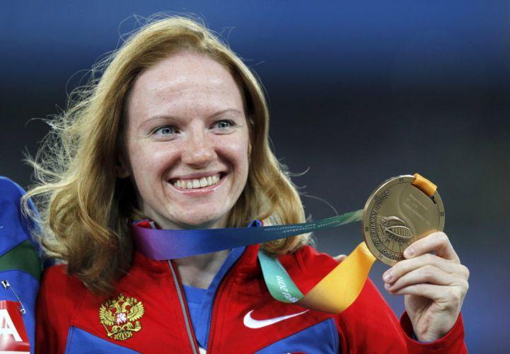 Russa Svetlana Feofanova exibe medalha de bronze conquistada no salto com vara em cerimônia ao lado de Fabiana Murer
