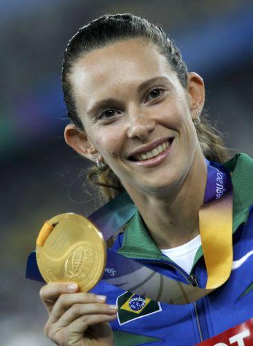 Fabiana Murer exibe medalha de ouro conquistada no salto com vara do Mundial em Daegu