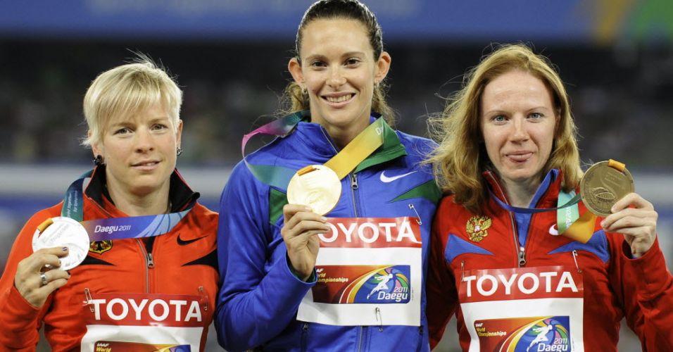 Fabiana Murer (ao centro) posa com a medalha de ouro ao lado da alemã Martina Strutz, prata, e da russa Svetlana Feofanova, bronzem na cerimônia de premiação do salto com vara