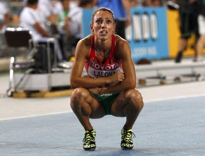 A búlgara Ivet Lalova observa os resultados da sua bateria semifinal dos 200m com tristeza. A atleta ficou em terceiro lugar e não conseguiu tempo para ir à final no Mundial de Daegu.